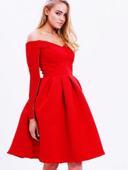 Нарядное платье на длинный рукав с открытыми плечами и пышной юбкой