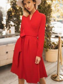 Короткое нарядное красное платье с запахом