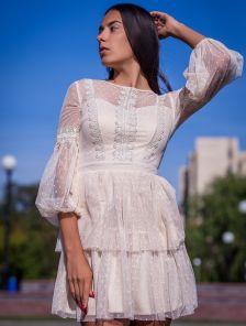 Белое нарядное короткое платье