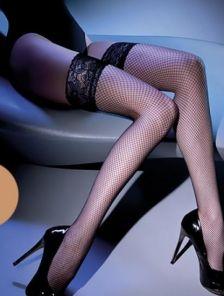 Эффектные сексуальные бежевые чулки в сетку на силиконе