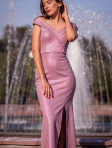 Розовое блестящее длинное платье с разрезом и открытыми плечами