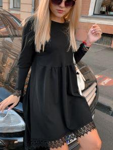 Короткое черное платье с асимметричной юбкой и кружевом