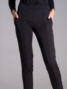 Черные зауженные брюки на резинке со стрелками