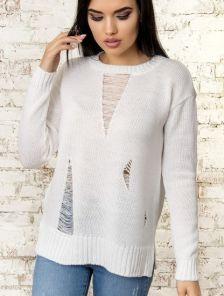 Белый женский теплый свитер с оригинальными потертостями