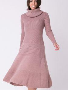 Теплое вязаное платье с горловиной