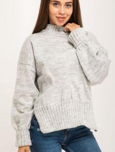 Светло-серый вязаный теплый свитер с объемным рукавом и разрезами