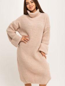Бежевое теплое вязаное платье с объемным рукавом и горловиной