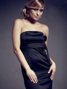 Черное платье-футляр без бретелей