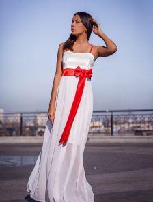 Длинное белое платье с открытыми плечами