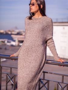 Вязаное бежевое длинное офисное платье свободного кроя