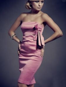 Розовое платье-мини без бретелей длины-миди