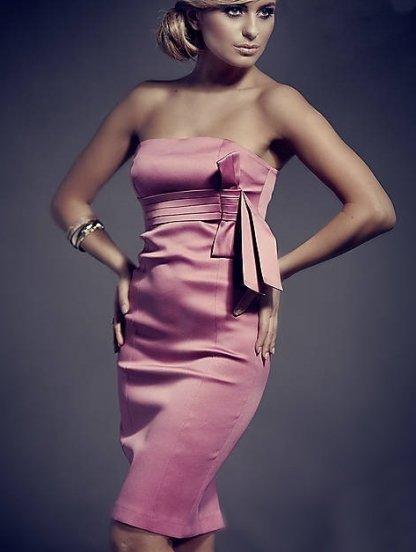 Розовое платье без бретелей