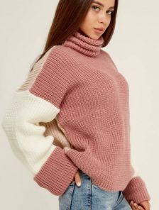 Пудровый теплый вязаный зимний свитер с объемным рукавом и горловиной