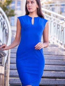 Синее платье футляр длины миди с вырезом без рукавов