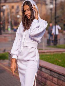 Теплое платье длины миди свободного кроя с капюшоном
