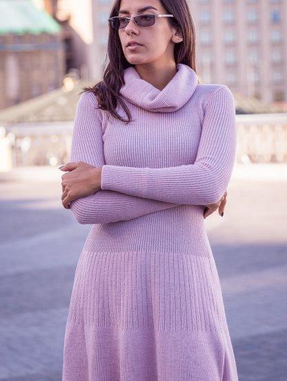 Теплое платье с обьемной горловиной цвета пудры миди длины, фото 1