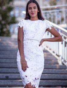 Белое кружевное платье футляр длины миди