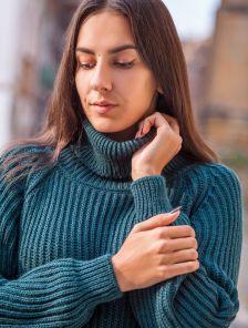 Теплый вязаный свитер темно-зеленого цвета с горловиной