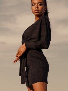 Короткое черное облегающее платье на длинный рукав