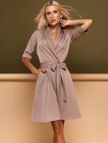 Бежевое короткое платье с запахом и расклешенной юбкой