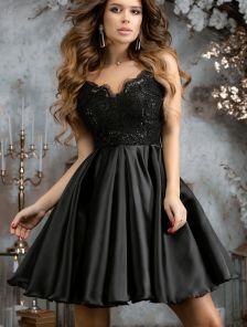 Черное короткое коктейльное платье на бретелях