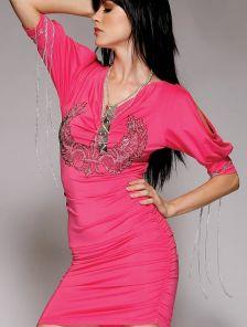 Розовое короткое платье с узором и цепочками