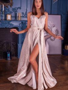 Нарядное длинное золотистое блестящее платье с декольте