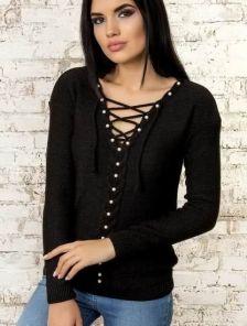 Теплый джемпер черного цвета декорироанный бусинами с глубоким декольте на шнуровке