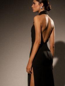 Нарядное длинное платье с открытой спиной и плечами