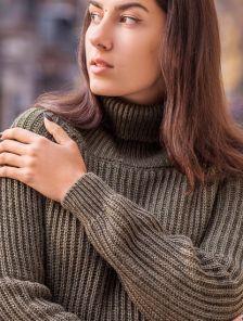 Теплый вязаный свитер с горловиной