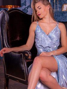 Блестящее платье в пол голубого цвета