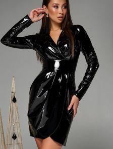 Черное короткое латексное платье с имитацией запаха на длинный рукав