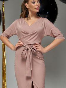 Бежевое платье миди с декоративным поясом и разрезом впереди