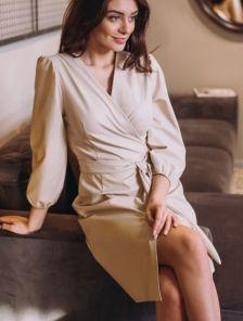 Короткое светлое платье на запах из эко кожи